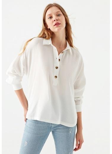 Mavi Düğme Detaylı  Bluz Beyaz
